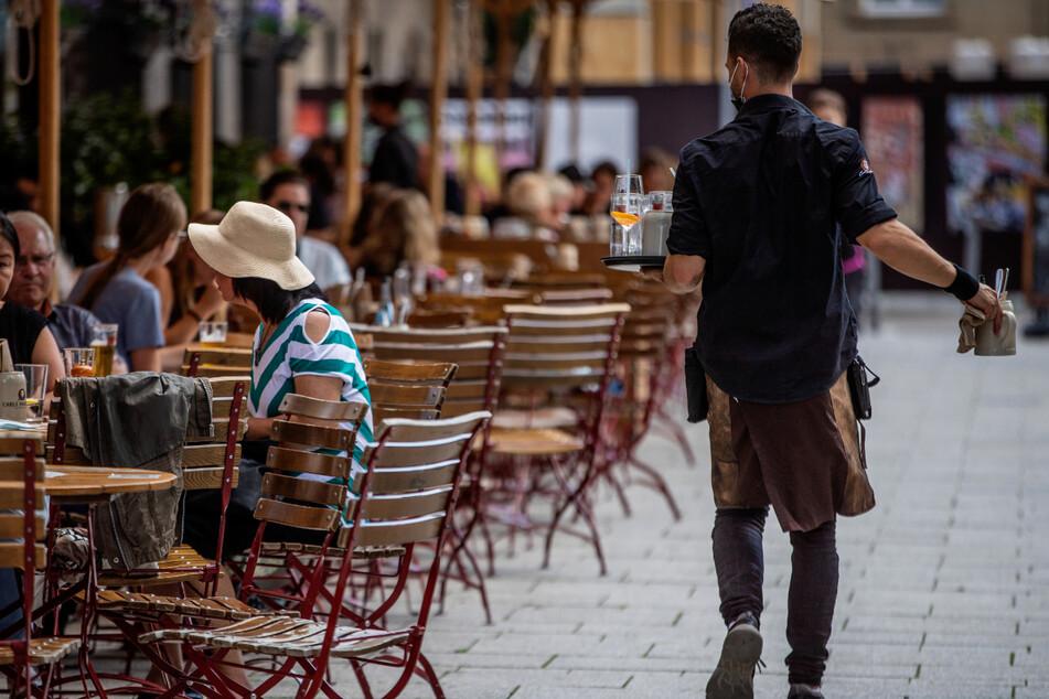 In mehreren baden-württembergischen Städten sind am Donnerstag verstärkt Gaststätten, Restaurants und Cafés kontrolliert worden, ob sie die Corona-Regeln einhalten.