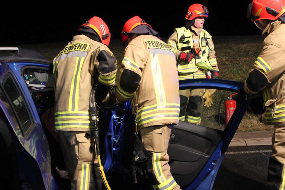 Die Kameraden mussten mit schwerem hydraulischen Gerät Türen und das Dach abtrennen, um die Frau zu befreien.