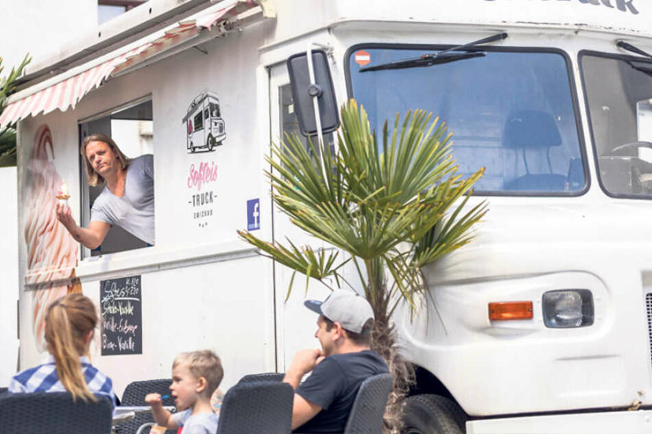 Andreas Gottwald (43), Chef des Softeis-Trucks, hat am Kindertag die Spendierhosen  an.