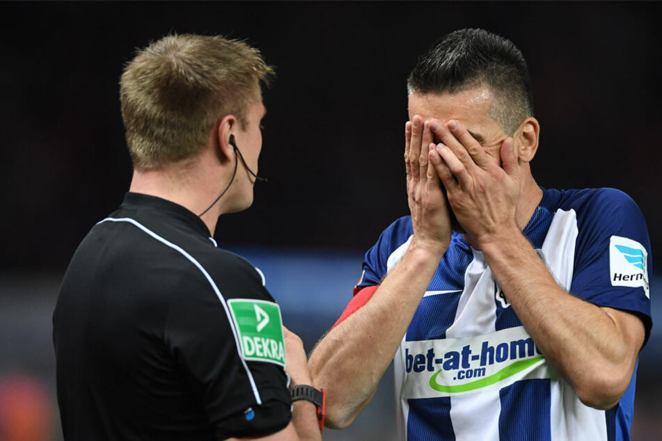 Nach dem Platzverweis von Mannschaftskollege Mittelstädt hält sich Kapitän Vedad Ibisevic (r.) die Hände vors Gesicht.