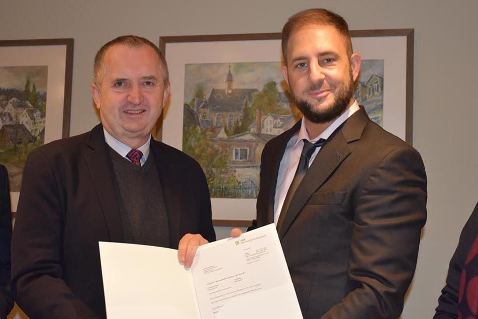 Der Mann mit dem Geld. Staatsminister Thomas Schmidt (56, links) überreicht LO-Oberbürgermeister Jesko Vogel (43, Freie Wähler) den Fördermittelbescheid für den Bauhof über 1,2 Millionen Euro.
