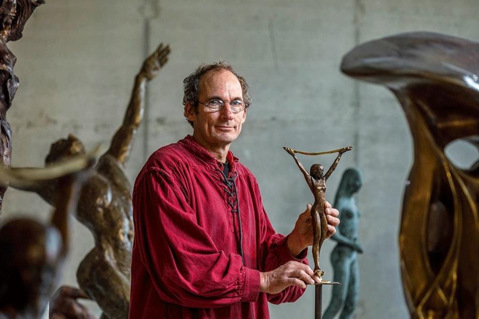 """Bildhauer Thomas Reichstein (57) mit einer seiner Grazien im handlichen Format. Die """"Mondmondfrau"""" kostet 540 Euro."""