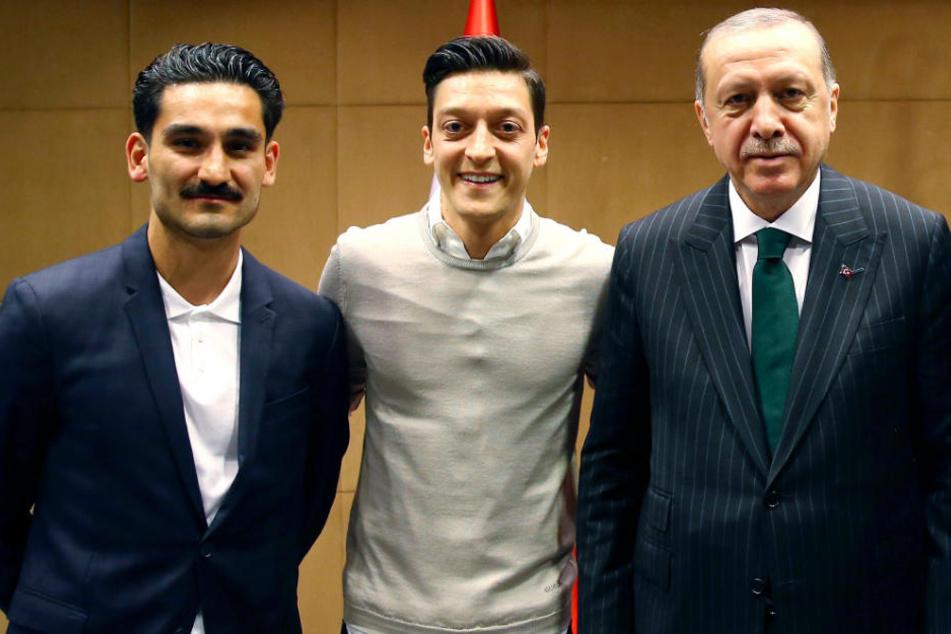 Recep Tayyip Erdogan (2.v.r.), Staatspräsident der Türkei, steht zusammen mit den Premier League Fußballspielern Ilkay Gündogan (l) und Mesut Özil (2.v.l.).