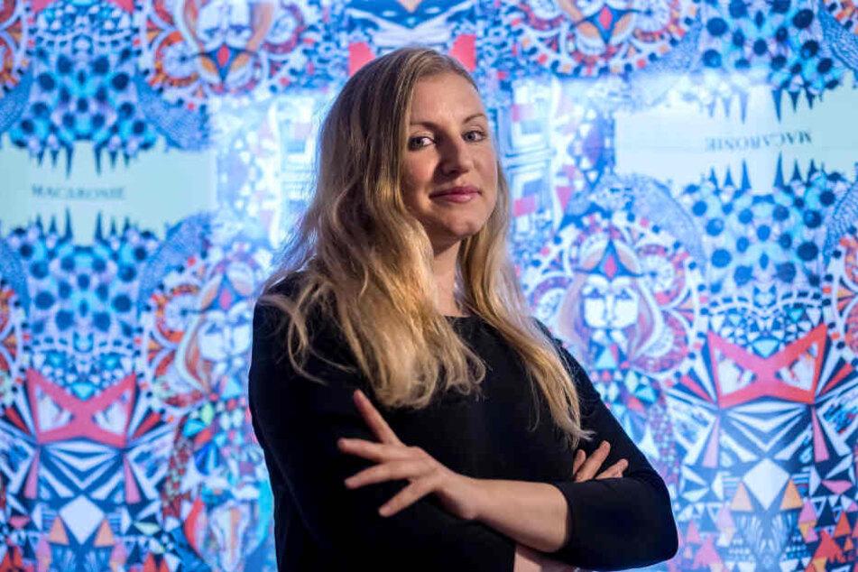 Exklusive Mode aus dem Erzgebirge: Carolin Tennstaedt vor einen selbst entworfenen Tuch.