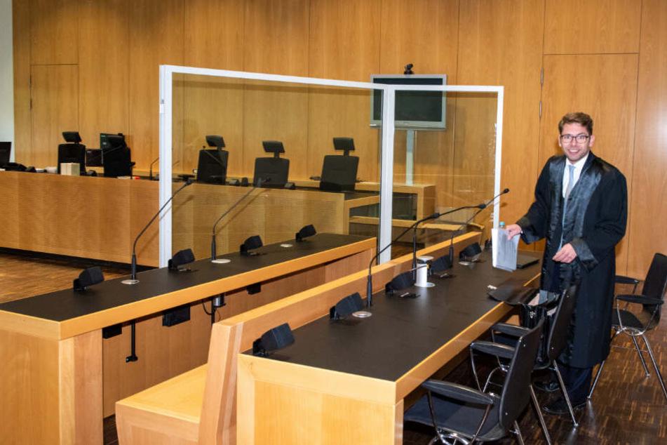Im Landgericht Augsburg steht vor dem Prozess gegen den Fußballprofi Caiuby dessen Verteidiger Fabian Krötz vor der leeren Anklagebank.