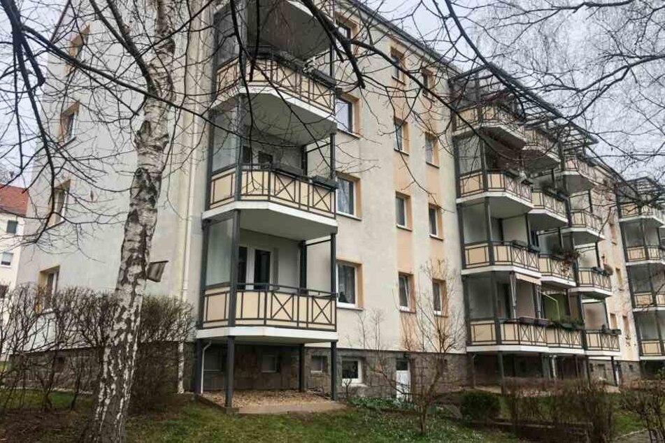 Auf einem Balkon in dem Mehrfamilienhaus in der Marienthaler Ludwig-Erhard-Straße in Zwickau starben zwei Männer.