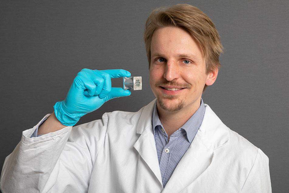 """Winzig klein und doch so leistungsstark: Der Ionenstrahlantrieb, den Daniel Bock (31) und seine Mitstreiter vom Dresdner Start-up """"Morpheus Space"""" entwickelt haben, hilft dabei, Weltraumschrott zu vermeiden."""