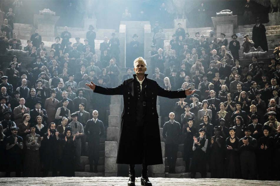 Gellert Grindelwald (Johnny Depp) greift nach der Macht in der Zaubererwelt und will diese in eine große Finsternis stürzen.
