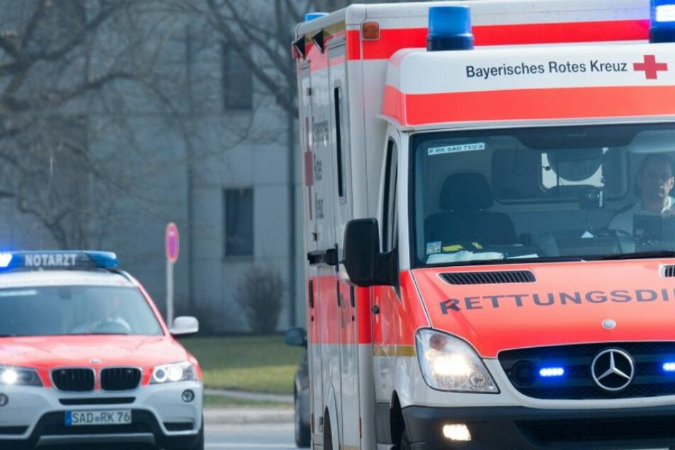 Während der Behandlung Männer zerstechen Krankenwagen-Reifen