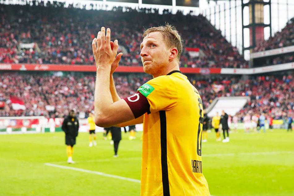 Der weinende Dynamo-Kapitän Marco Hartmann bedankte sich bei den Fans für den aufmunternden Applaus.
