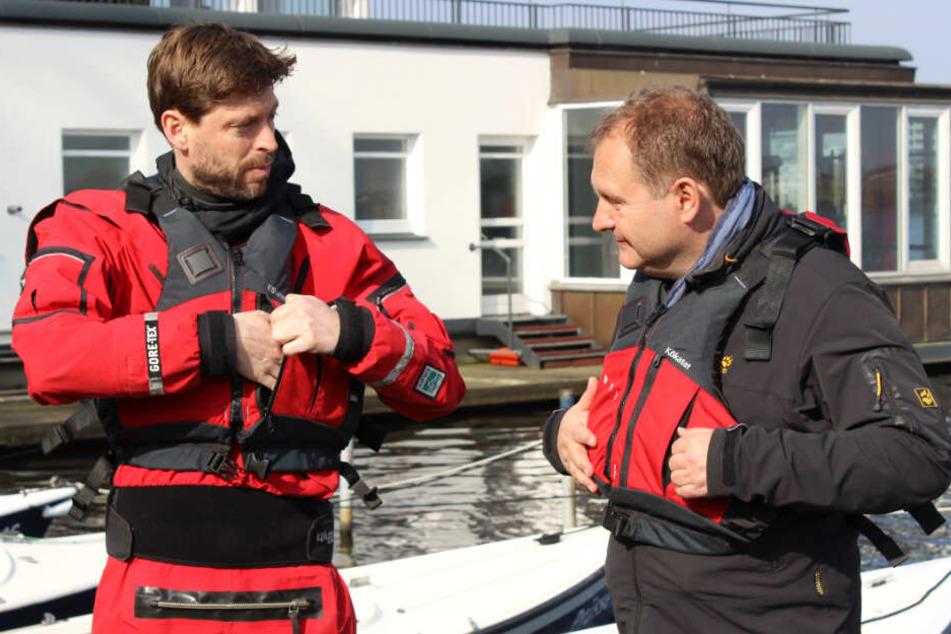 Westen sind bei der Fahrt Pflicht: Tobias Weber-Andersen und Jens Kerstan tragen sie schon mal zur Probe.