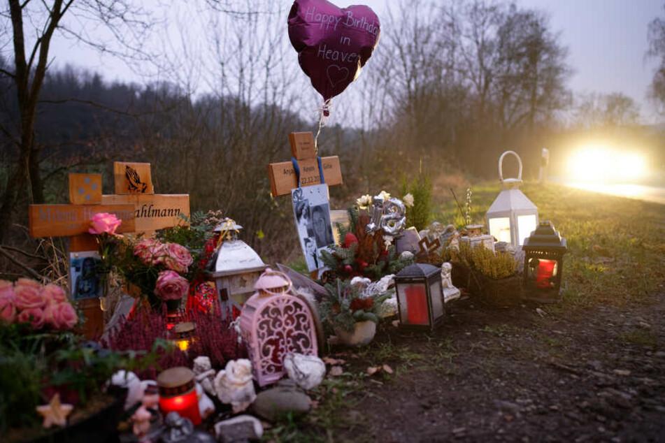 Kreuze und Grablichter stehen in der Nähe des Unfallortes. Hier starben im Dezember 2018 fünf Menschen.