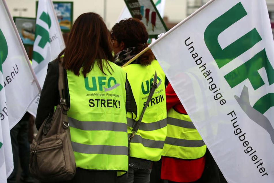 Das Foto aus dem Jahr 2016 zeigt Flugbegleiter mit Fahnen der Gewerkschaft Ufo.