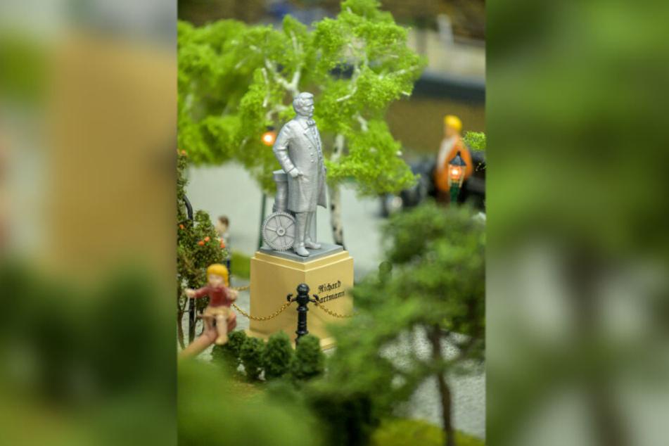 """Die Statue des """"Eisenbahn-Königs"""" Richard Hartmann (†69) darf nicht fehlen."""