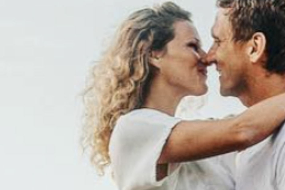 """Was die Kameras nicht zeigten: So kam es zum ersten Kuss zwischen Janni und Peer bei """"Adam sucht Eva"""""""