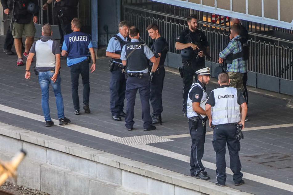 Polizei sichern nach der Tat den Bahnsteig in Flensburg.
