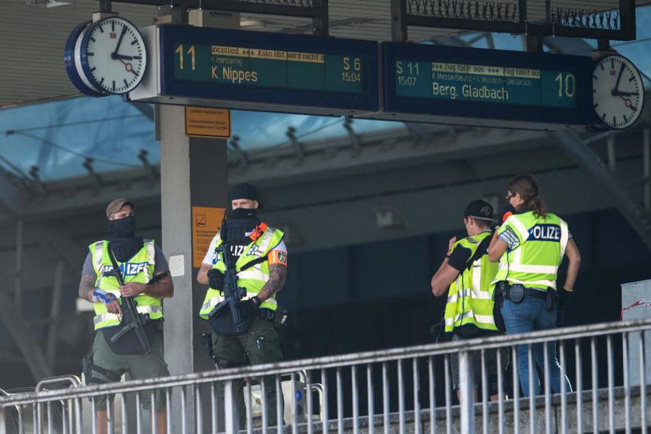 Polizisten stehen auf einem Bahnsteig des Hauptbahnhofs.