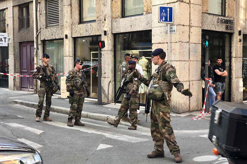 """Soldaten der französischen Anti-Terror-Einheit """"Vigipirate Mission"""" sperrte den Tatort ab."""