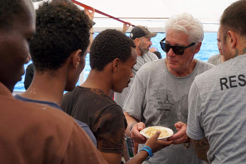 """Die Crew der """"Open Arms"""" unterstützte der Schauspieler auch bei der Verteilung von Essen auf dem Schiff."""