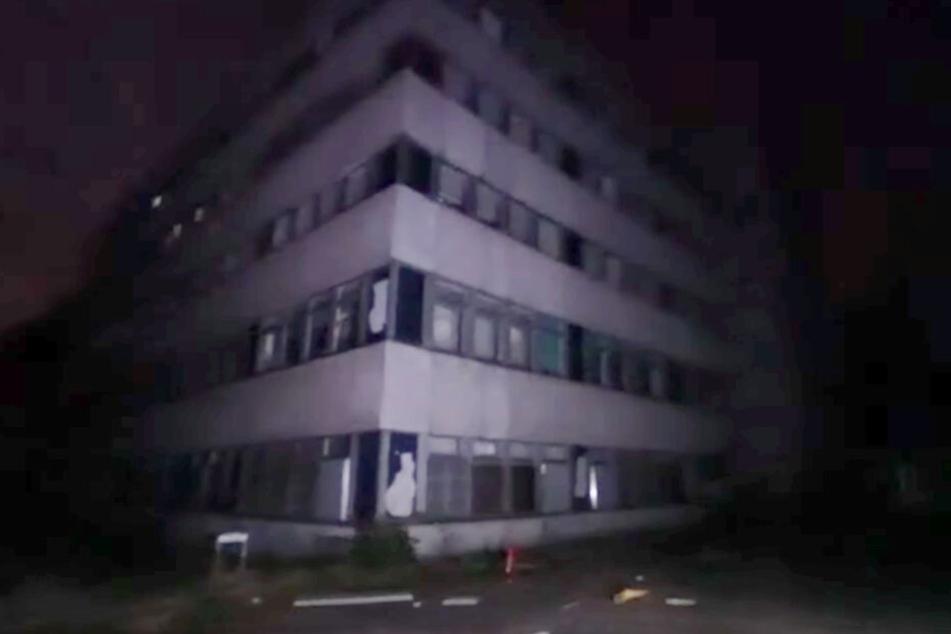 Das Krankenhaus von außen. Es steht verlassen am Rande eines Waldes.