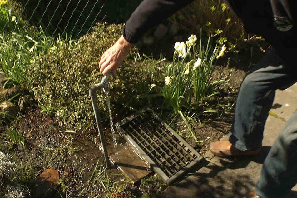 Diesen Hahn hatten die Einbrecher aufgedreht, um den Garten zu fluten. Da Klaus Kurz nicht versichert ist, wird er auf den Kosten sitzen bleiben.