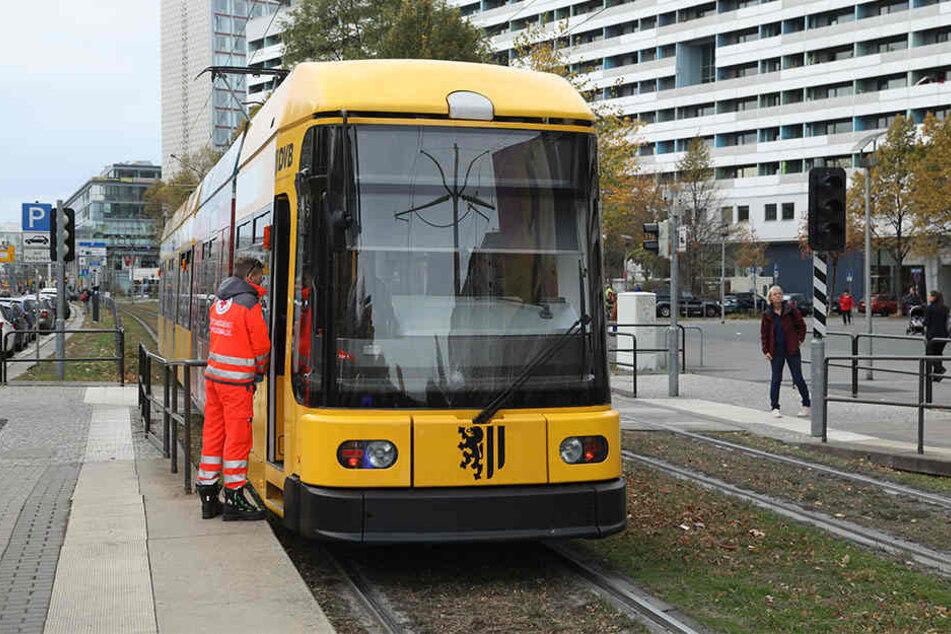 Die Straßenbahn prallte frontal mit der Fußgängerin zusammen.