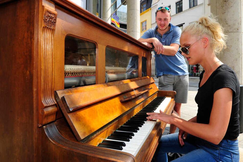 Öffentliches Klavier vor den Zwickau-Arkaden, Josefa (23) spielt für ihren Freund Martin (24), beide aus Schwarzenberg.