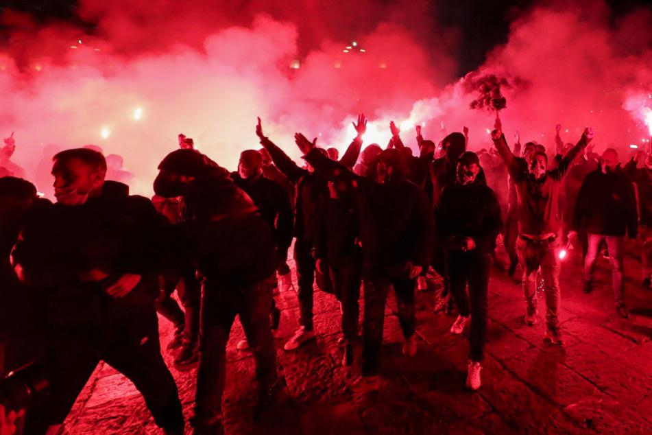 Bengalos werden in Neapel gezündet, wo Maradona gottgleich verehrt wird.