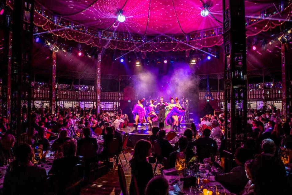 Im weltgrößten Spiegelzelt zelebriert das Leipziger Krystallpalast-Varieté derzeit das Pariser Nachtleben anno 1889. Rund 500 Dinner-Gäste passen auf zwei Etagen ins Chapiteau. Foto: Ralf Seegers