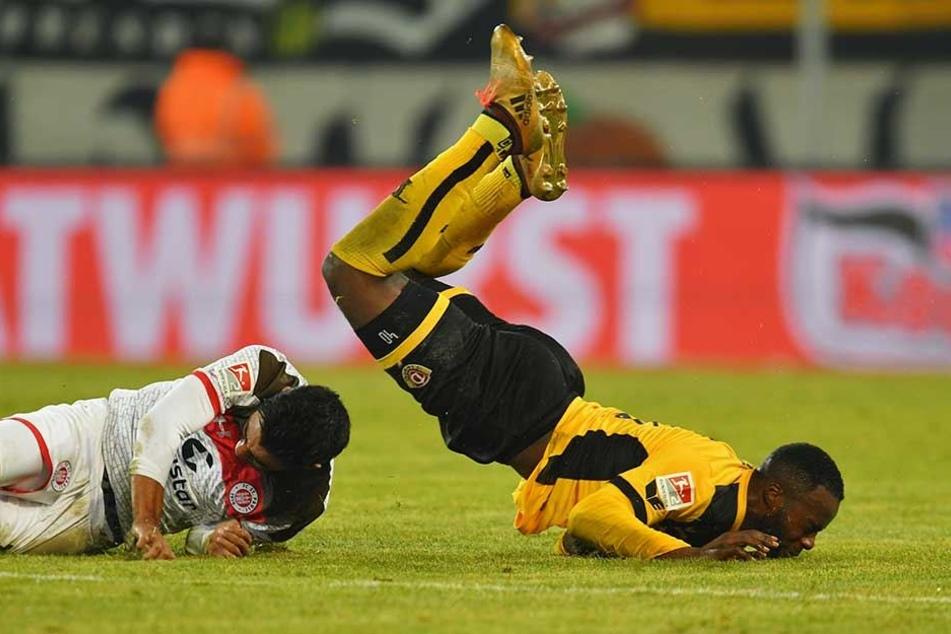 Autsch! Dynamo erlebte gegen St. Pauli eine unerwartete Bruchlandung. Hier legt's Erich Berko schmerzhaft auf den neuverlegten Rasen.