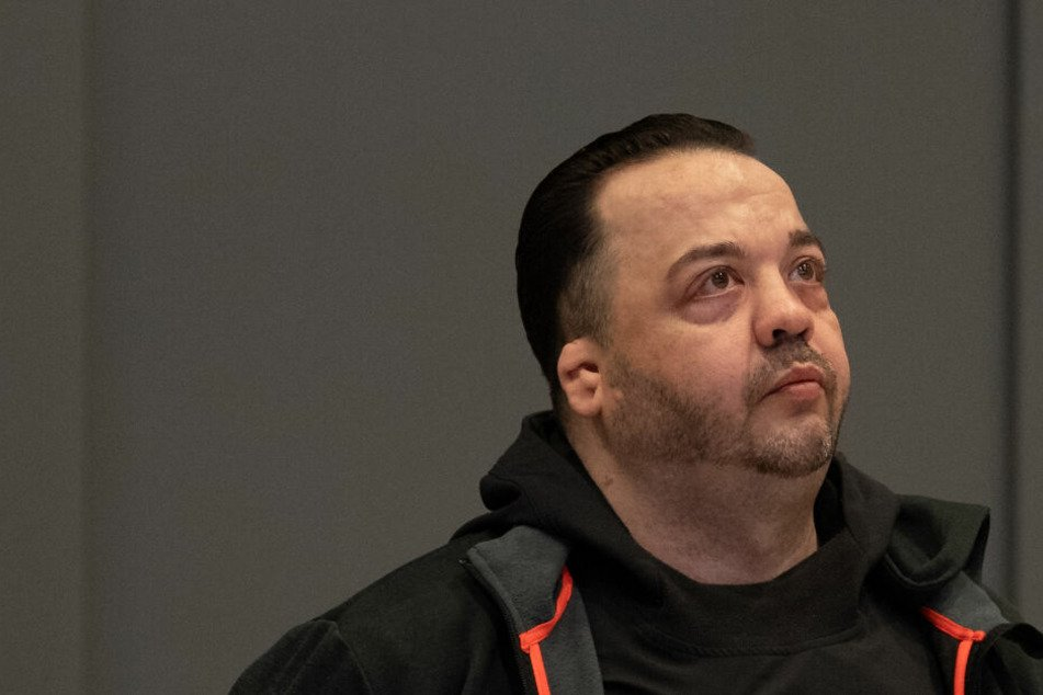 Niels Högel, angeklagt wegen Mordes an 100 Patienten, steht im Gerichtssaal.