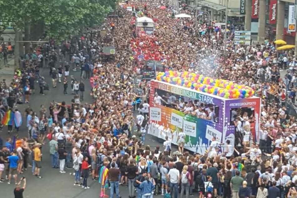 Die CSD-Parade am Kölner Neumarkt.