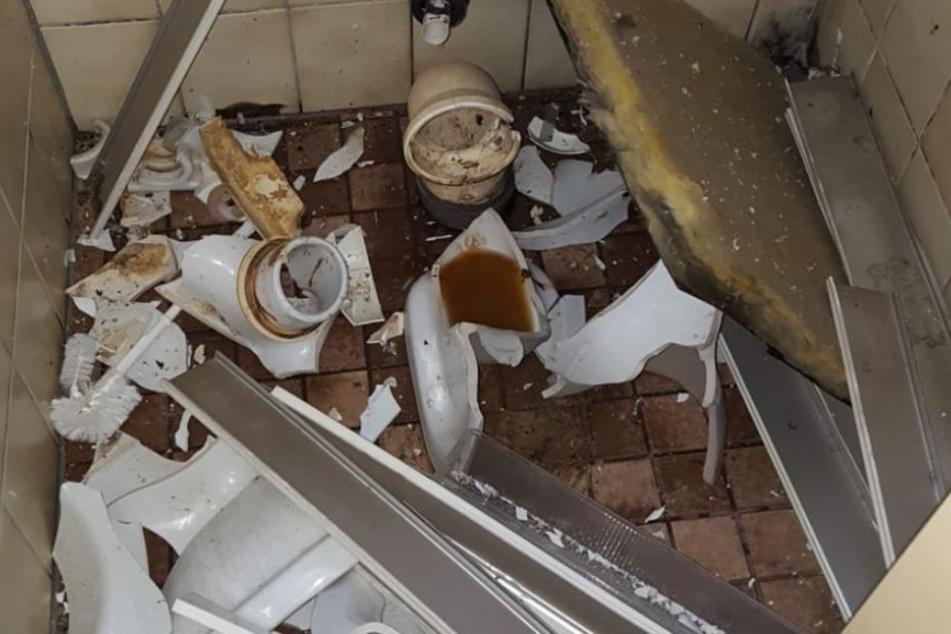 Der Polen-Böller sorgte für ein Bild der Zerstörung in der Schultoilette.