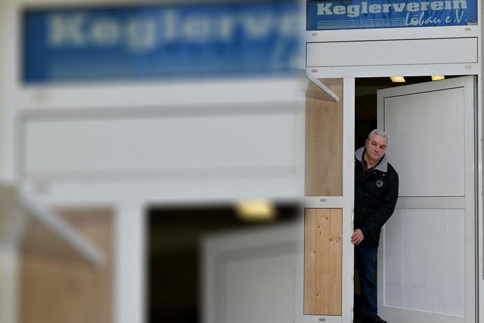Wegen der vielen Einbrüche musste Vereinschef Ditmar Stihl (62) die Tür mit Holz verbarrikadieren.