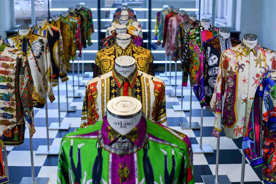 "Blick in die farbenfrohe Werkschau ""Gianni Versace Retrospective"" in Berlin."