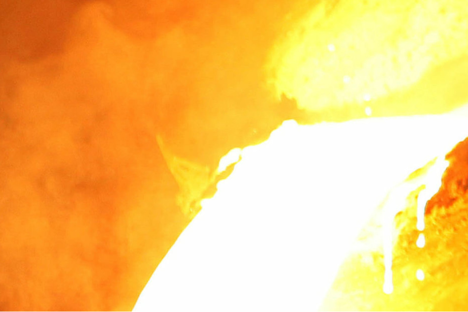 Horror-Unfall! Extrem heiße Zellstoff-Masse verbrennt Arbeiter