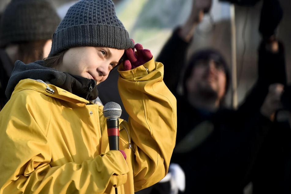 Greta Thunberg spricht vor Teilnehmern bei einem Klimamarsch in Turin.