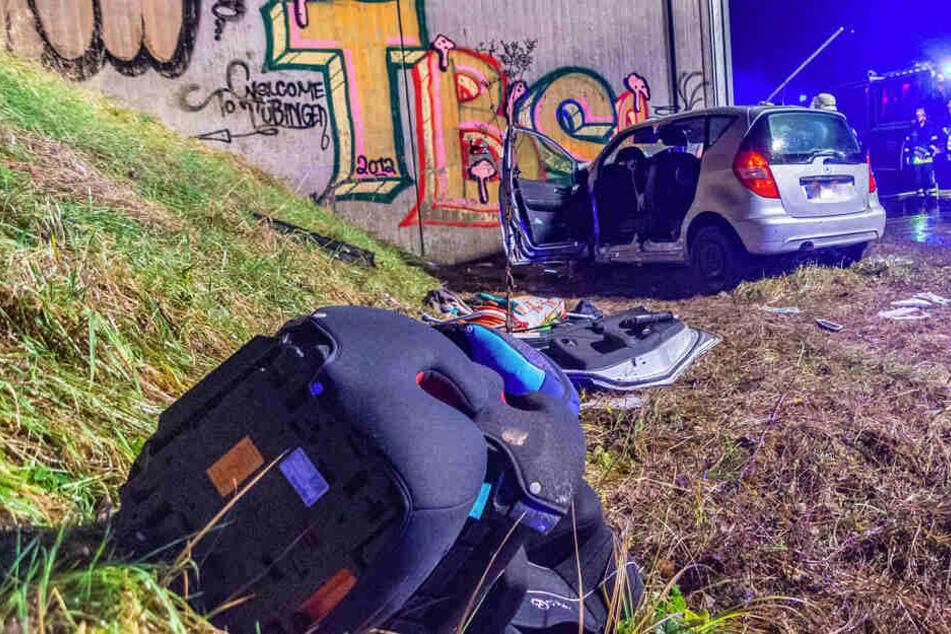 Mercedes schleudert in Betonmauer: Fahrer stirbt!