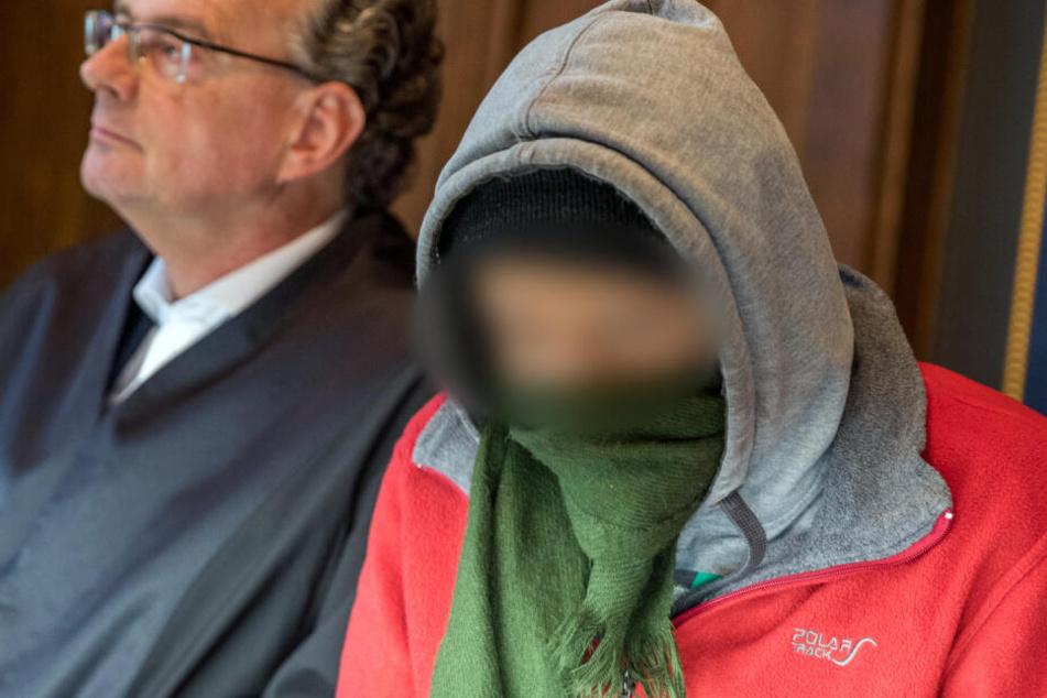 Der Angeklagte (rechts) sitzt im Landgericht neben seinem Anwalt Matthias Macht.