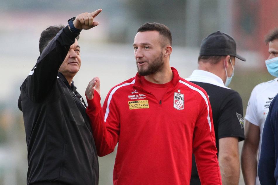 Das Viertelfinale im Blick: RWE-Coach Goran Miscevic (58) und Spieler Artur Mergel stehen nach einem deutlichen 3:0 im Viertelfinale des Thüringer Landespokals.