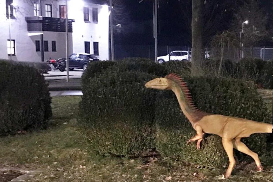 Verstümmelt: Gestohlener Dino taucht auf Kreisverkehr wieder auf