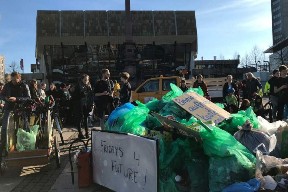 """Anlässlich der """"Fridays for Future""""-Demo am heutigen Freitag haben zahlreiche Schüler in Leipzig Müll gesammelt und auf dem Augustusplatz aufgehäuft."""