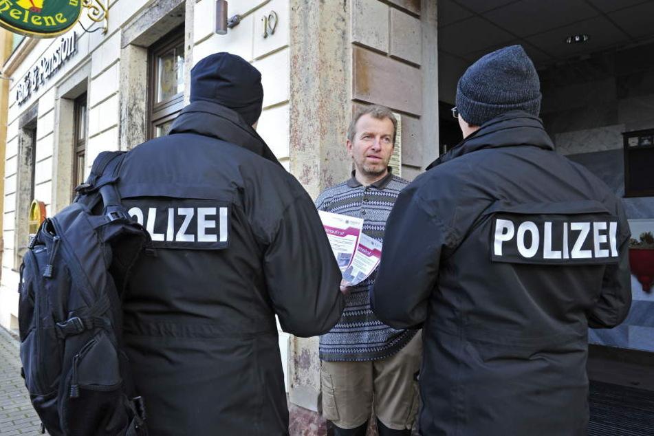Wer hat den Sprengstoff-Anschlag beobachtet? Hier befragt die Polizei den  möglichen Zeugen André Arnold.