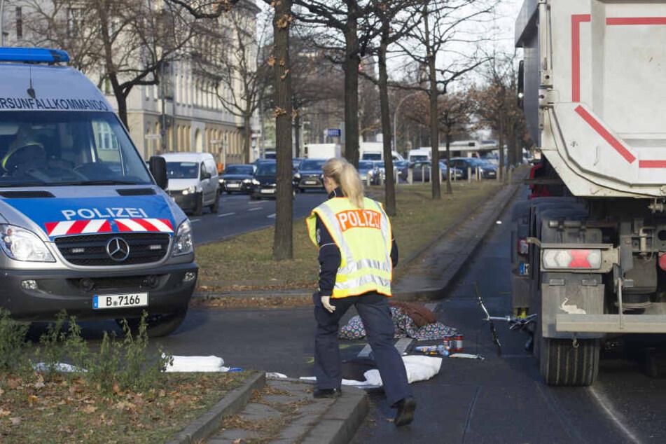 Die 74-jährige Frau erlag noch an der Unfallstelle ihren Verletzungen (Symbolbild).