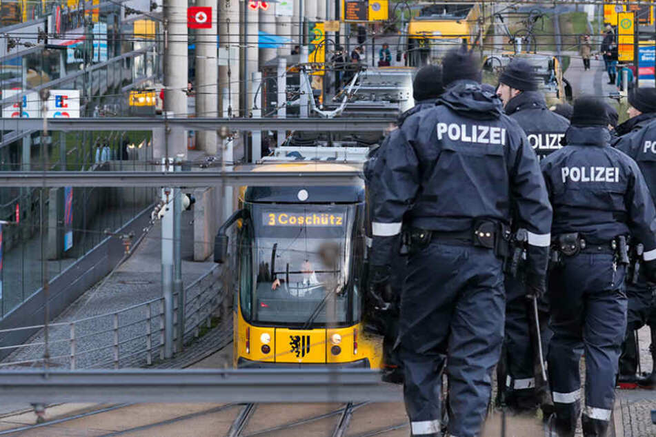 Schwerstarbeit für die Polizei. Am Hauptbahnhof Nord gingen zwei Jugendgruppen aufeinander los.