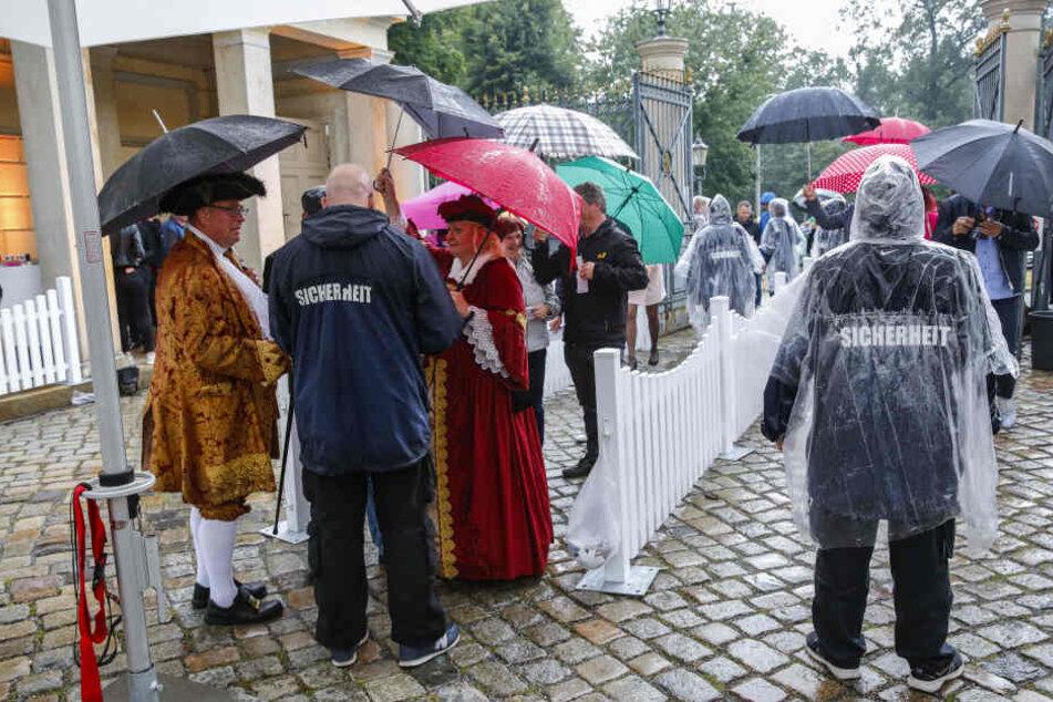 Mit Schirmen und Capes ausgerüstet, überstanden sowohl Gäste als auch Personal kurze Regenschauer.
