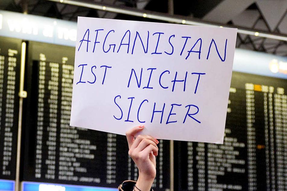 Rund 70 Jugendlichen in Offenbach droht die Abschiebung. (Symbolbild)