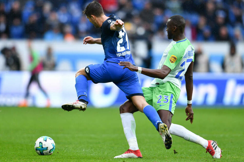 Hoffenheims Andrej Kramaric (l) und Wolfsburgs Josuha Guilavogui kämpfen um den Ball.