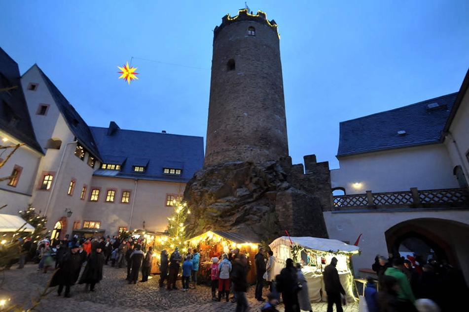 Traditioneller Weihnachtsmarkt in Scharfenstein mit Markttreiben im mittelalterlichen Burghof.