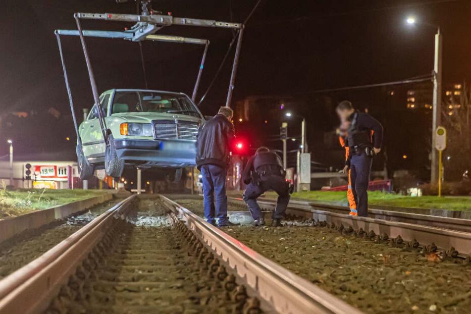 Am Neustadtplatz musste ein Mercedes aus den Gleisen geholt werden.